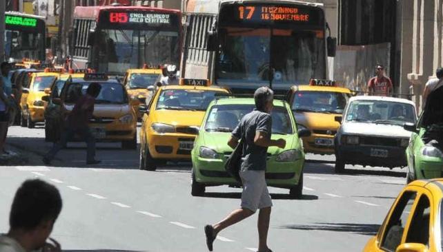 Una corrida para esquivar autos en movimiento (Antonio Carrizo/LaVoz)