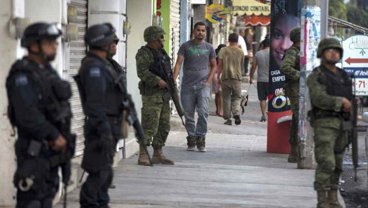 Militarizado. El pueblo de Apatzingán estaba ayer bajo fuerte custodia. Pese a ello, presuntos narcos quemaron una farmacia (AP).