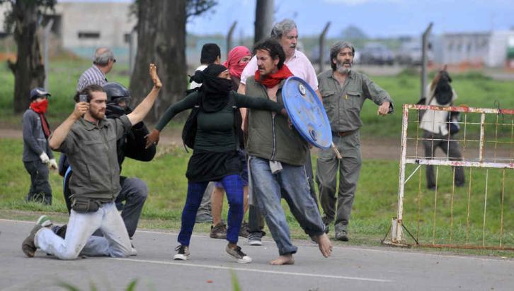 MONSANTO. Violento cruce frente a la planta que se construye en Malvinas Argentinas (José Gabriel Hernández/LaVoz).