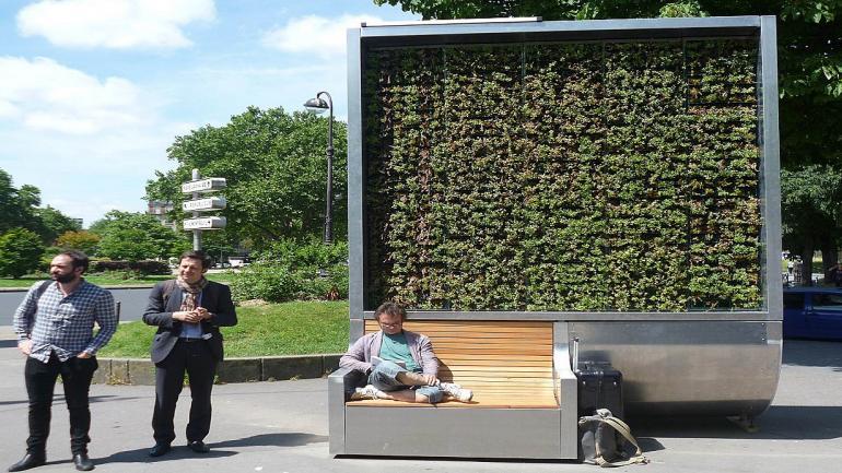 Esta estructura urbana está compuesta por paneles solares que le suministran electricidad y un recolector de agua de lluvia destinado para el riego del musgo. (Grupo Edisur)