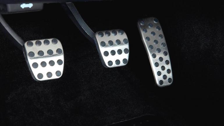 Si es necesario podemos usar el pedal del freno, pero de modo cuidadoso para no recalentarlo y gastarlo. (Mundo Maipú)