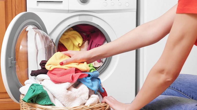 Lavar con agua fría no sólo te permite ahorrar energía sino que evita que la ropa se encoja o pierda color. (Aguas Cordobesas)