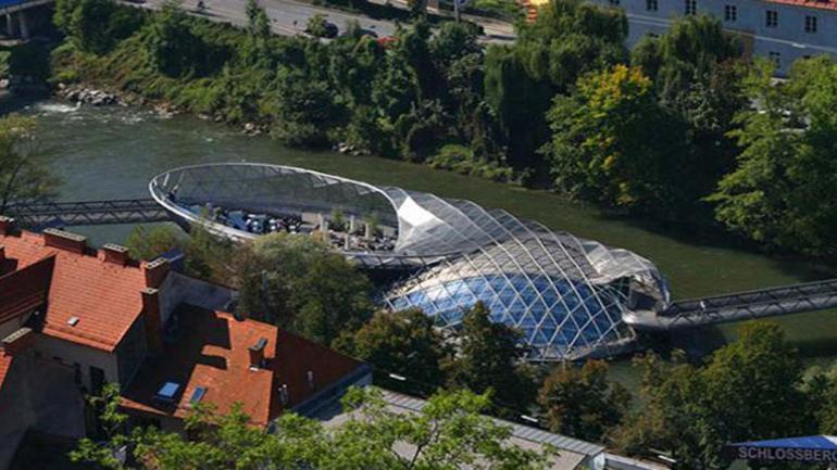 AIOLA ISLAND. Fue construido en 2003, une las dos orillas del Río Mur en Graz (Austria). (Mundo Maipú)