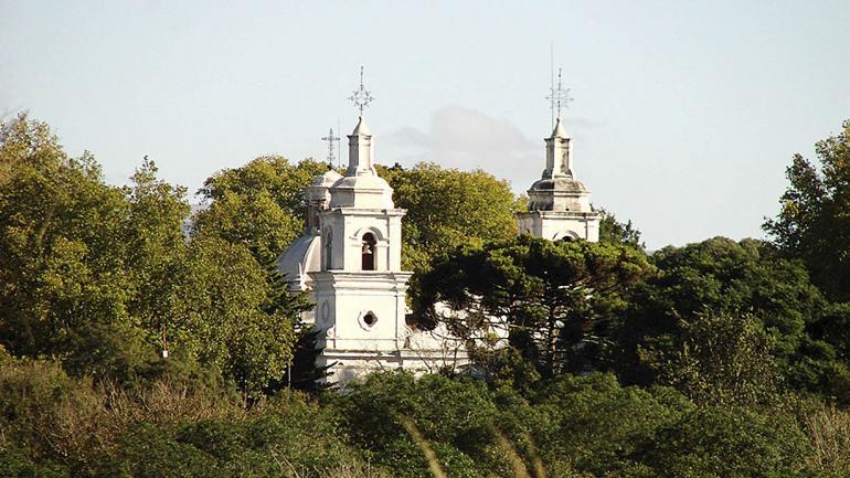 Al llegar a Santa Catalina asoman los campanarios de la estancia jesuítica. (Agencia Córdoba Cultura)