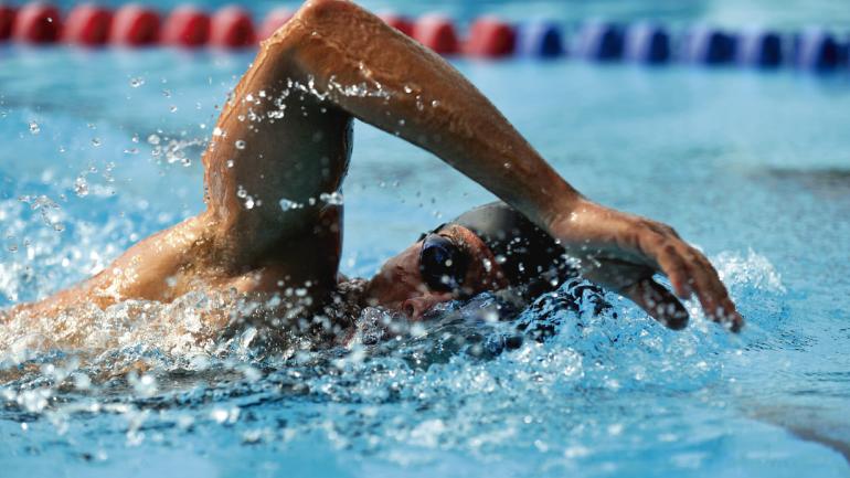 La natación es uno de los deportes sugeridos para los pacientes asmáticos por favorecer el desarrollo de la capacidad pulmonar . (Sanatorio Allende)