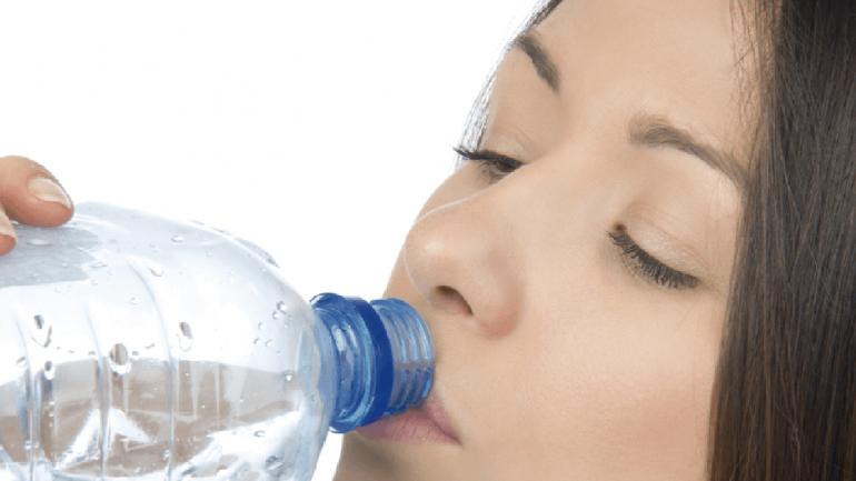 La falta de hidratación en días de calor provoca una disminución del volumen de orina, permitiendo que los gérmenes se instalen con mayor facilidad en la vejiga. (Sanatorio Allende)