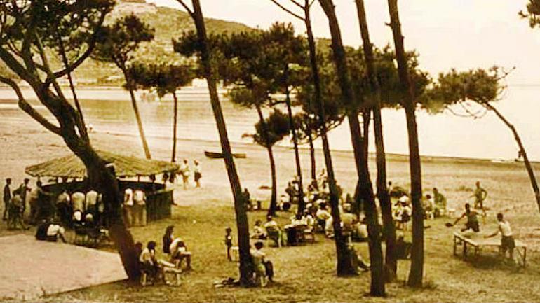Lejos de lo que es hoy Club Med, sus comienzos fueron en una playa, en carpa y con almuerzos bajos los árboles. (Club Med)