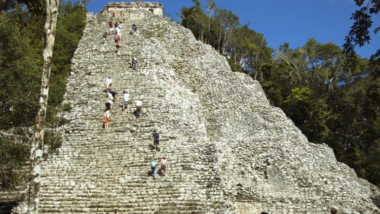 El yacimiento arqueológico de Cobá está situado a unos cuarenta al noroeste de Tulum y noventa kilómetros al este de Chichen Itzá. (Interturis)