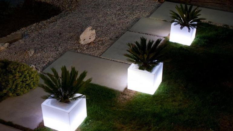 Macetas luminosas, se han convertido en tendencia de decoración, le otorgan un estilo moderno al jardín. (Grupo Edisur)