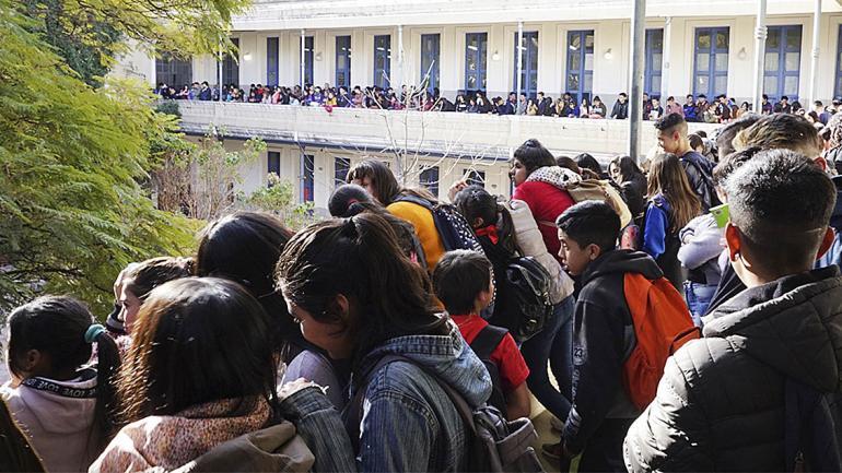 El balcón repleto de estudiantes. (Agencia Córdoba Cultura)