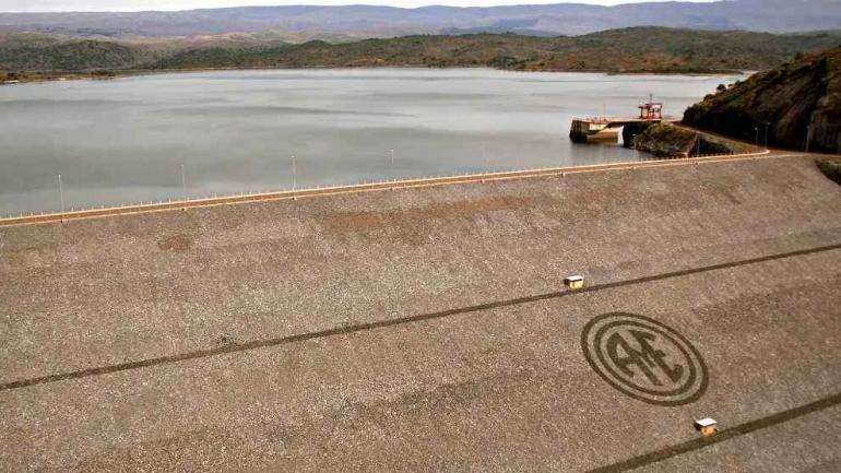 SUPERIOR. El río Grande detiene sus aguas en el embalse construido con materiales sueltos (Foto EPEC).