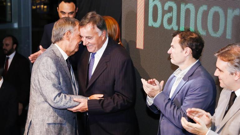 Saludo afectuoso entrel el gobernador Juan Schiaretti y Daniel Tillard. (Bancor)