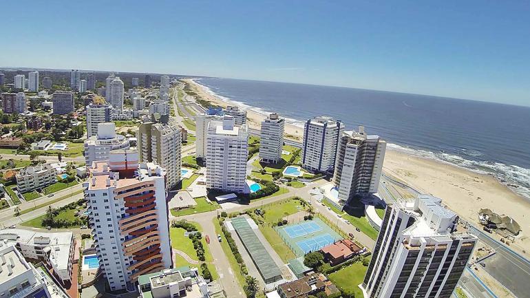 Vista panóramica donde Arenas del Mar emerge en la ciudad Punta del Este. (Grupo Edisur)