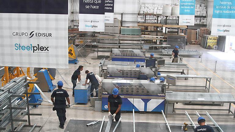 La fábrica se dedica a la producción de perfiles de acero galvanizado a medida de cada proyecto. (Grupo Edisur)