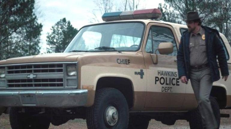 El comisario Jim Hopper sale de su oficina y conduce su Chevvrolet Blazer de color crema y marrón. (Mundo Maipú)