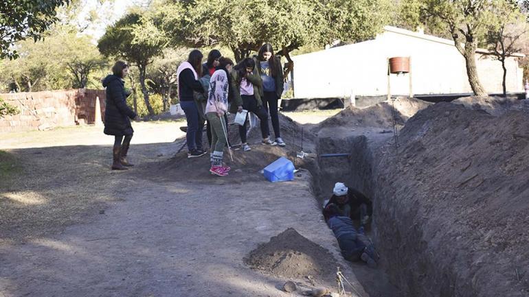 Jóvenes de la localidad observan el trabajo de excavación manual. (Agencia Córdoba Cultura)