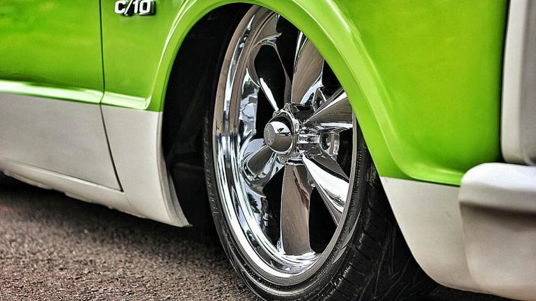 Llantas cromadas y neumáticos de taco bajo un detalle de excelencia para esta Pick Up. (Mundo Maipú)