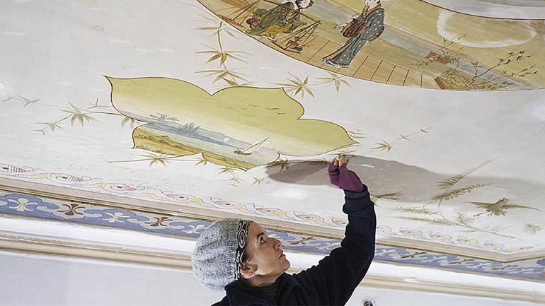 La restauradora limpia la superficie antes de pintar. (Agencia Córdoba Cultura)