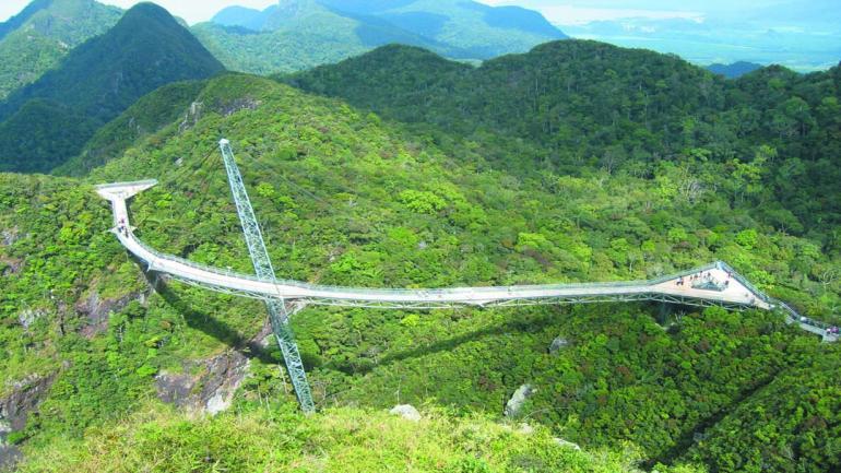 LANGKAWI SKY. Desde el puente hay una vista espectacular de montañas, selva, mar e islas. (Mundo Maipú)