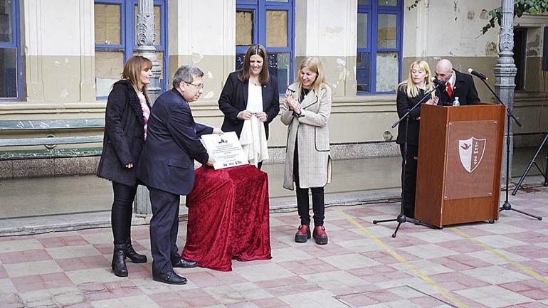 Las autoridades descubren la placa Universidad Popular. (Agencia Córdoba Cultura)