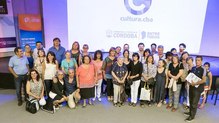 Las autoridades provinciales y las entidades beneficiadas / Foto de Agencia Córdoba Cultura