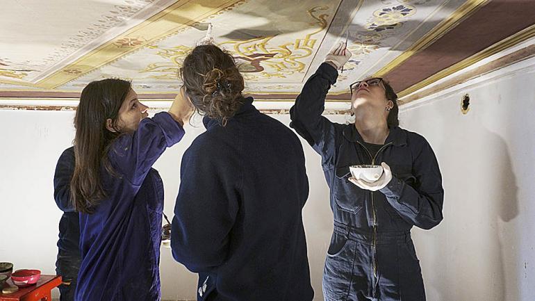 Las restauradoras intercambian opiniones sobre el trabajo. (Agencia Córdoba Cultura)