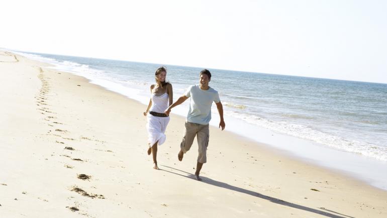 Aprovechar los momentos para pasear de la mano de tu pareja por la playa. (Interturis)