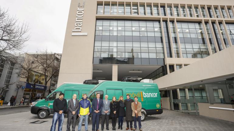 Autoridades de Bancor junto a los nuevos móviles de la institución (Bancor).