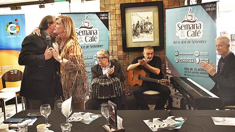 Nora Bedano, presidenta de la Agencia Córdoba Cultura, presente en el lanzamiento, saludó a los artistas. (Agencia Córdoba Cultura)