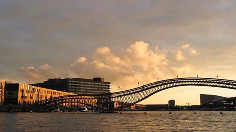PYTHONBRUG. Este puente fue inagurado en 2001, mide 93 metros de largo y se encuentra en Amsterdam. (Mundo Maipú)