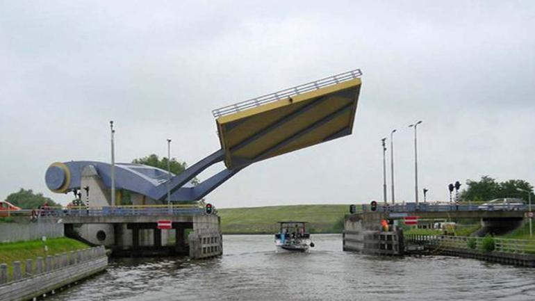 SLAUERHOFFBRUG. Ubicado en la ciudad de Leeuwarden, Holanda. (Mundo Maipú)