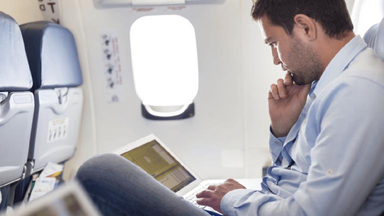 Permanecer sentados en vuelos que superen las cuatro horas es tiempo suficiente para que nuestra circulación pueda predisponer una trombosis. (Sanatorio Allende)