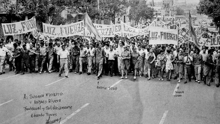 Una de las fotos del libro, en las que un grupo de mujeres encabeza un marcha. (Agencia Córdoba Cultura)
