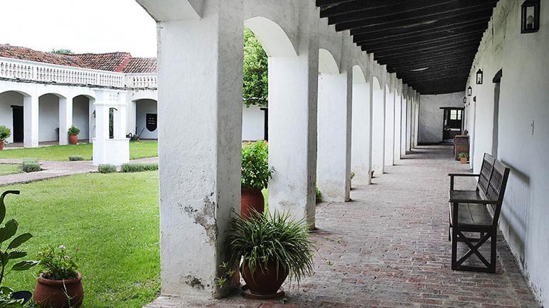 Una de las galerías que rodean el patio de la Casa de Caroya. (Agencia Córdoba Cultura)