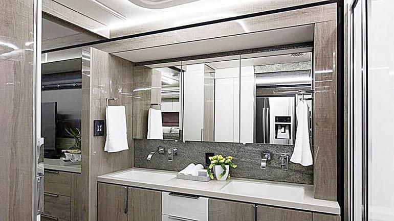 El baño presenta una gran decoración y está equipado con dos lavatorios y un gran espejo. (Grupo Edisur)