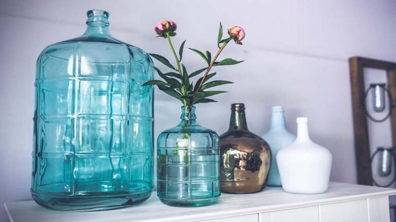 Uno de los elementos decorativos más elegidos para decorar azul y blanco son los jarrones. (Grupo Edisur)