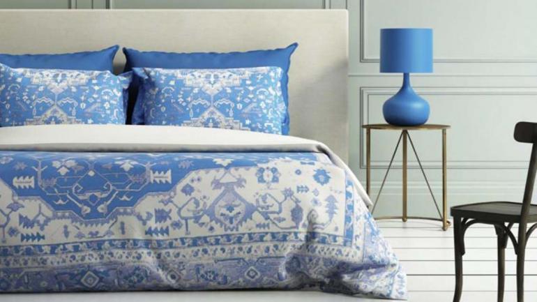 En la habitación es importante destacar en azul y blanco la cama, lugar de descanso y mueble protagonista del lugar. (Grupo Edisur)