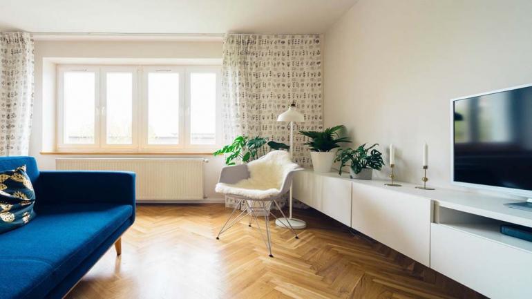En una sala blanca con gran iluminación, un sillón azul de gran tamaño le da protagonismo al espacio. (Grupo Edisur)