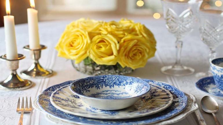 Unos elegantes platos y tazas en color azul y blanco son una buena opción lucirse cuando hay invitados. (Grupo Edisur)