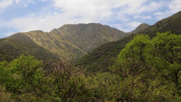 El imponente cerro Uritorco domina el paisaje de Capilla del Monte.