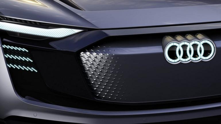 ESTÉTICA. La Audi E-Tron Sportback Concept tiene una gran parrilla Singleframe oscurecida, rodeada por dos faros Matrix LED de última generación, acompañados por 250 diodos más en el frontal que iluminan al logotipo. (Mundo Maipú)