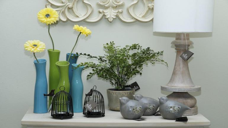 Floreros. Los de cristal, metal o cerámica son los elegidos para la decoración del hogar. (Grupo Edisur)
