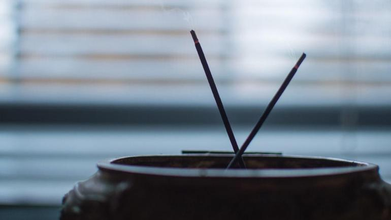 Es común utilizar ambientadores con diferentes fragancias, inciensos y aceites quemadores para modificar los aromas del ambiente. (Grupo Edisur)