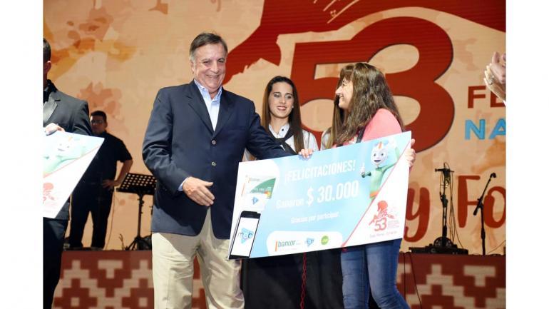 Daniel Tillard haciendo entrega del premio de 30 mil pesos a una feliz ganadora. (Bancor)