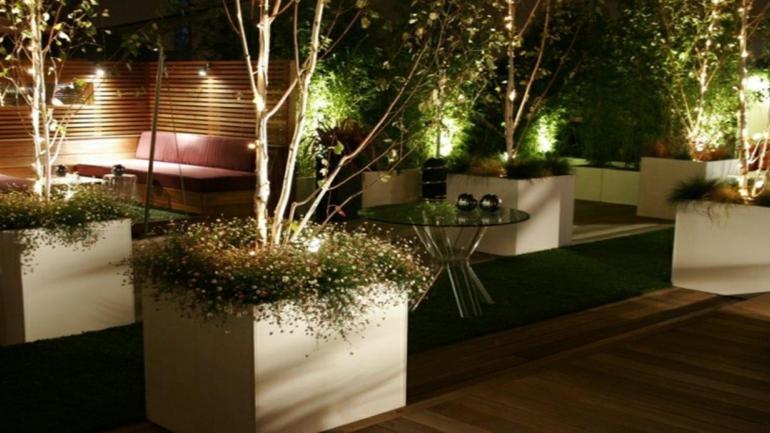 Se puede colocar pequeñas luces para iluminar entre las plantas. (Grupo Edisur)