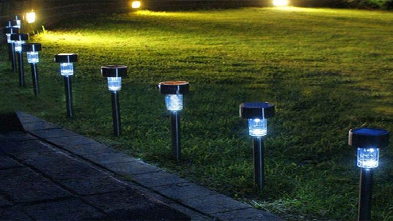 Antorchas solares, se colocan para iluminar los senderos del jardín. (Grupo Edisur)
