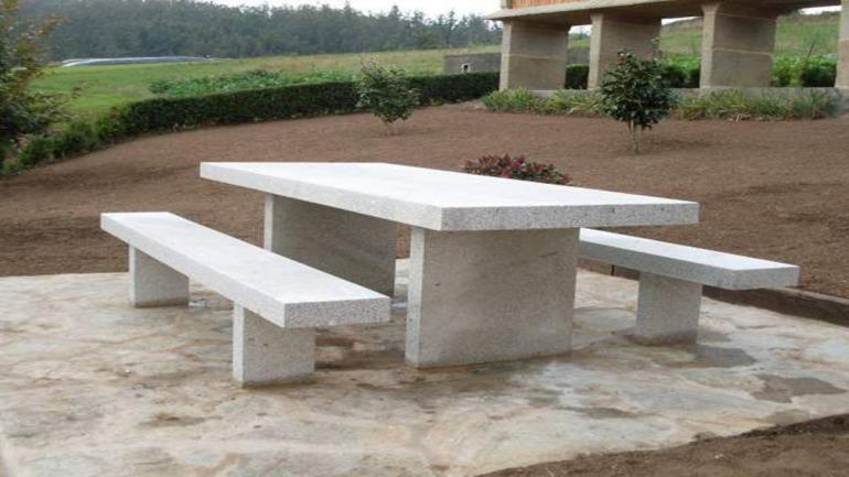 Los muebles de materiales como mármoles y granitos son los más recomendables para los patios.