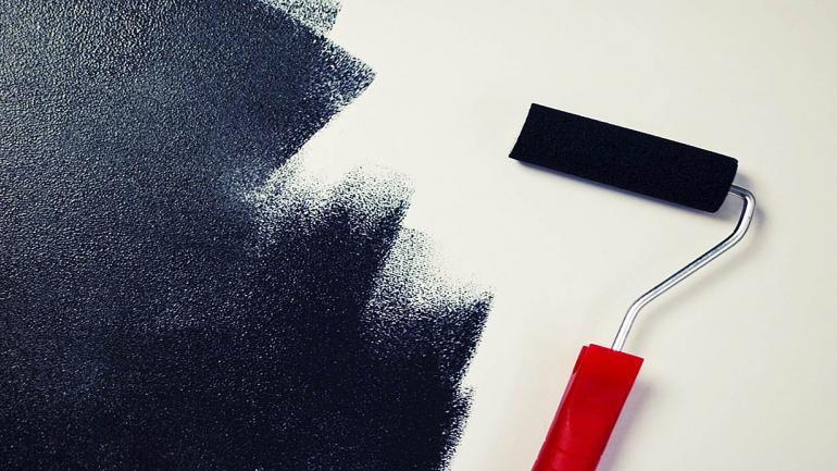 Para evitar que la superficie quede marcada, pintar desde el área seca hacia la pintura fresca. (Grupo Edisur)