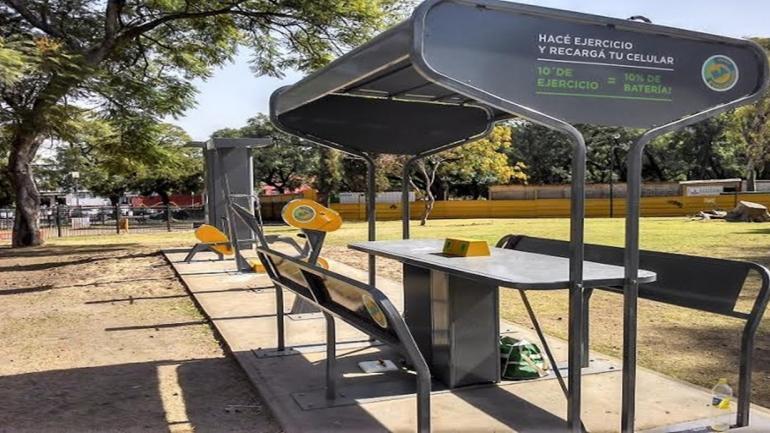 El Circuito Eco Sostenible desarrollado en el plan Buenos Aires Sostenible, comprenden aparatos que sirven para cargar celulares con energía en movimiento. (Grupo Edisur)