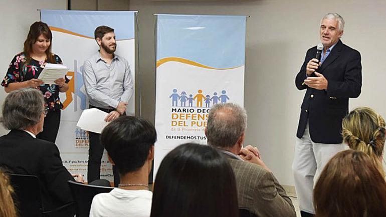 Mario Decara saludó y felicitó a los chicos por su desempeño durante su paso por la sede y destacó la importancia del programa. (Defensoría del Pueblo)